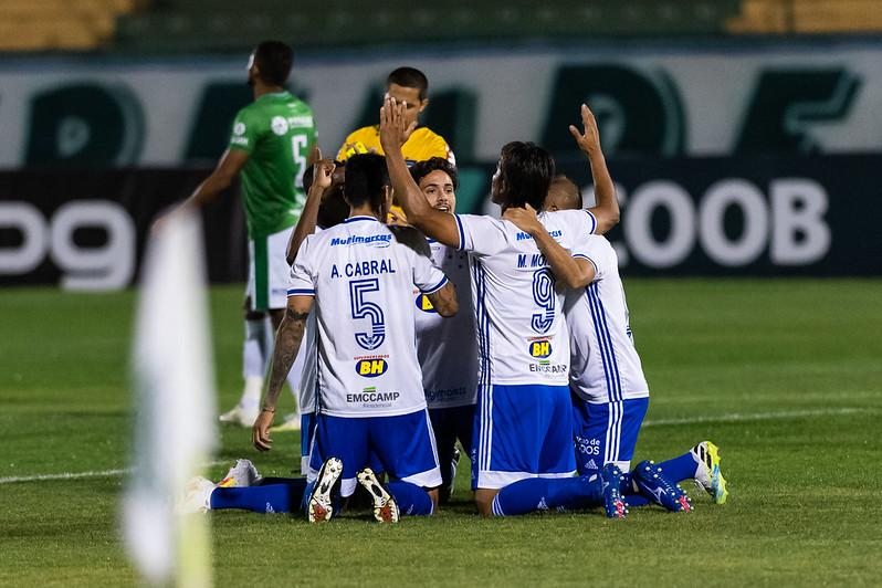 Cruzeiro sai atrás, mas vence o Guarani de virada